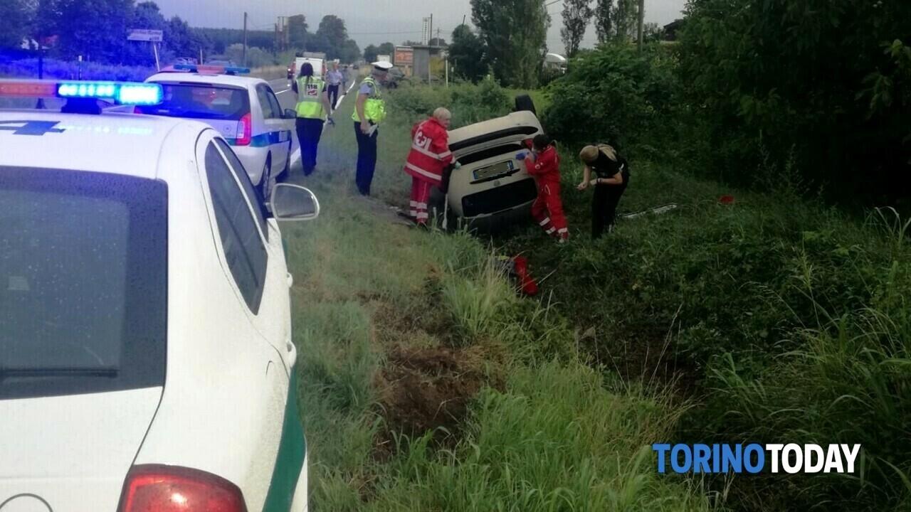 L'auto finisce in un fossato a Rivoli, ma i soccorritori non trovano il conducente: è a casa del fratello