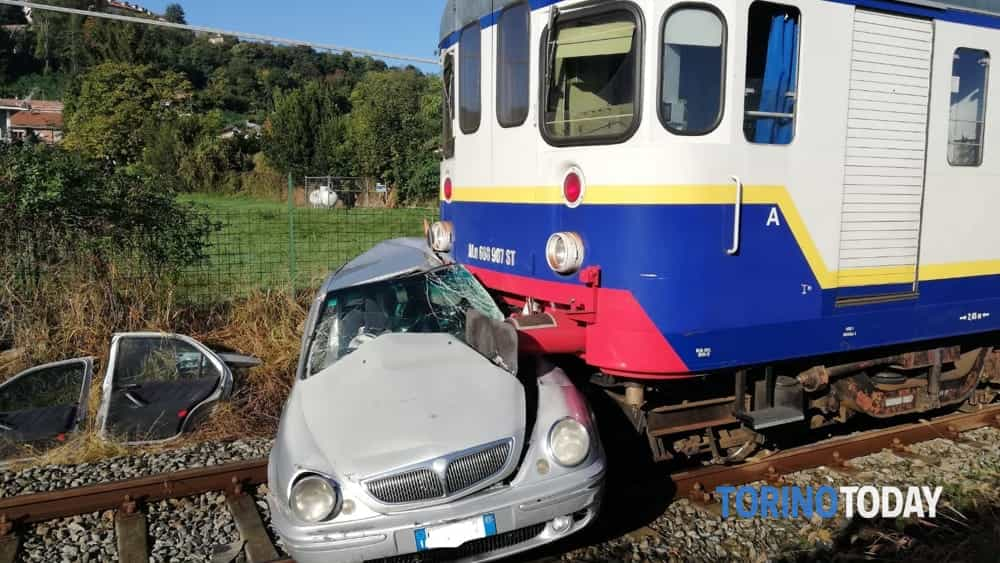 Valperga auto sotto treno-2