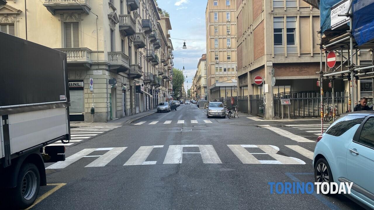 Follia in strada a Torino San Secondo: l'attraversamento pedonale diventa una scritta contro le forze dell'ordine