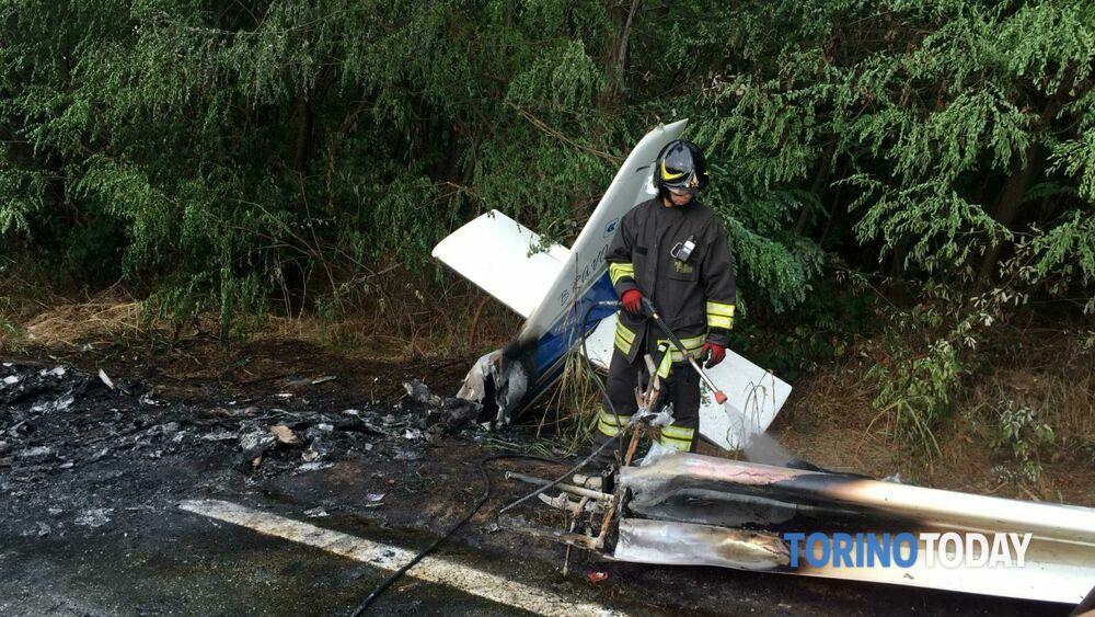 L'ultraleggero si schianta contro un palo e prende fuoco sulla provinciale: piloti illesi