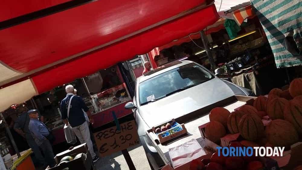 Torino via Saorgio auto dentro al mercato 2-2