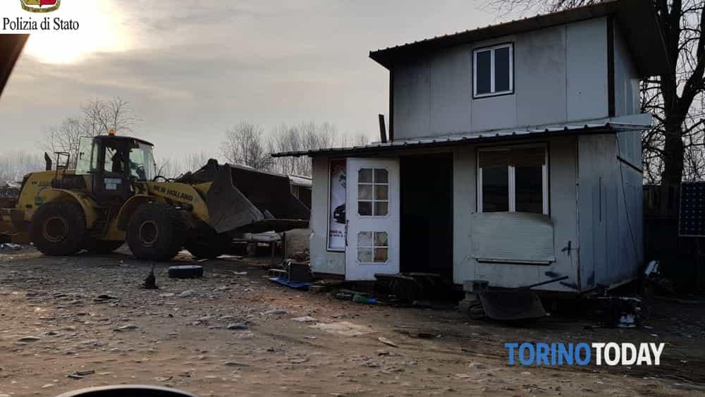 Abbattimento baracca campo nomadi via Germagnano 2-2