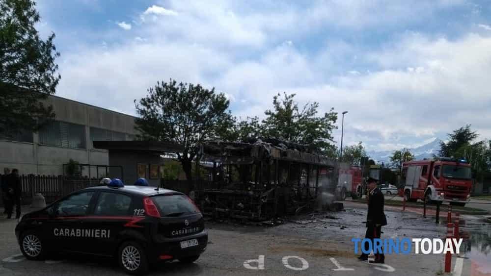 virle autobus fiamme carabinieri-2