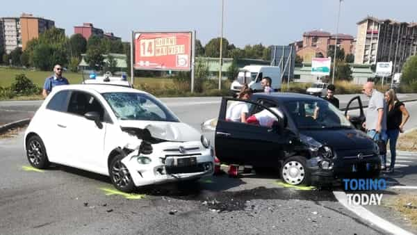Incidente all'incrocio, si scontrano due auto: un ferito