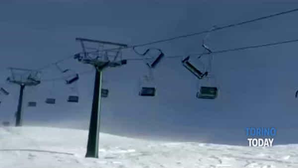 Seggiovia in balia delle raffiche di vento, i seggiolini oscillano vorticosamente: video