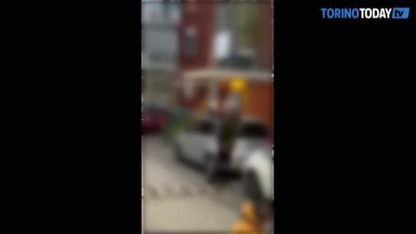 Festa in strada per esorcizzare il coronavirus, ma un uomo spara dal balcone: video