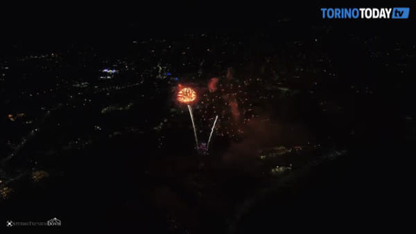 La magia dei fuochi d'artificio ripresi dal drone: lo spettacolo lascia senza fiato