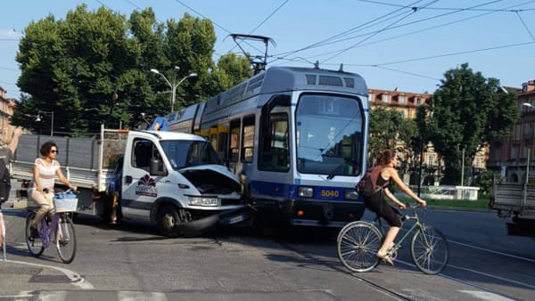 La scena dell'incidente (foto da Facebook di Trasporti Torino)