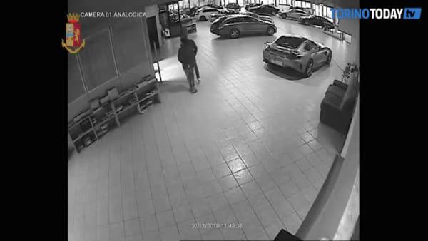 Furti nelle concessionarie, come i ladri rubavano le automobili di lusso: video