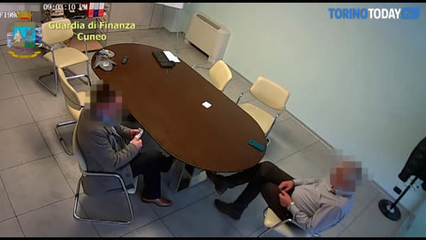 Corruzione, il momento in cui il direttore dei lavori della piscina riceve la mazzetta: video