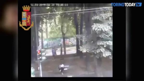 Uno scippa e l'altro finge di aiutare la vittima, ma i ladri scelgono il posto sbagliato per rubare: video