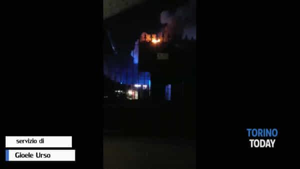 Fiamme alte e tre ore di lavoro per domare l'incendio divampato nella notte: l'intervento dei vigili del fuoco