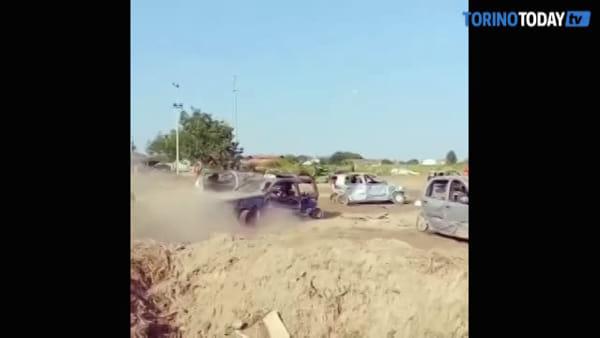 Tamponamenti, frontali e speronamenti, le auto si eliminano l'una con l'altra: il video dello show