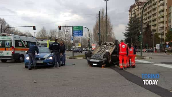 Incidente all'incrocio: auto ribaltata, rallentamenti in zona