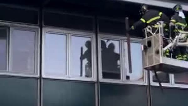 Crollano sul marciapiede i pannelli del tetto della scuola: il video