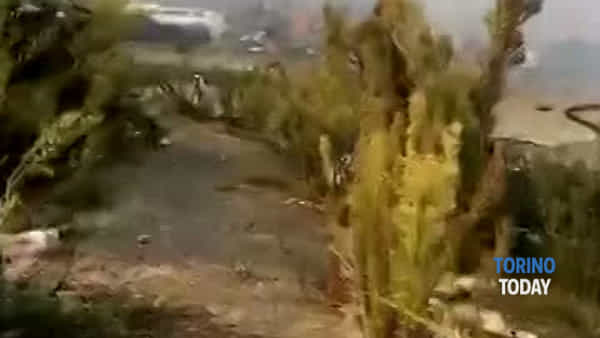 Incendio nel campo nomadi: bambini giocano nonostante le fiamme