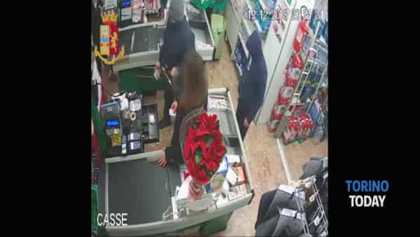 Fratelli e rapinatori: minacciano la cassiera con un taglierino e svuotano la cassa del supermercato