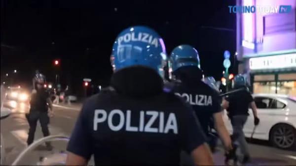 Scontri davanti al centro per il rimpatrio, la polizia carica gli anarchici dei centri sociali