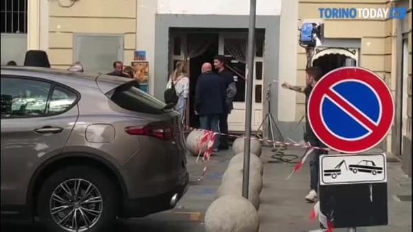 Raoul Bova a Porta Palazzo tra selfie, chiacchiere e i ciak della sua nuova fiction