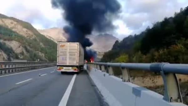 Tre tir si scontrano con un'auto e prendono fuoco: chiusa l'autostrada. Un morto e tre feriti
