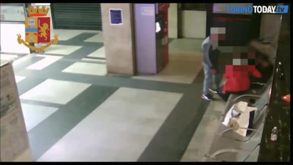 Derubato e percosso in stazione mentre aspetta il treno: video