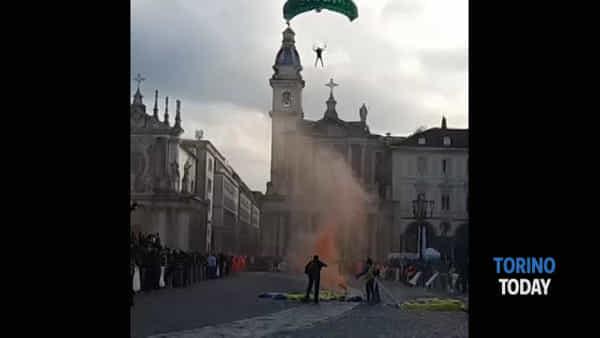 Lo spettacolare atterraggio dei paracadutisti in centro a Torino: video