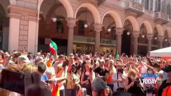 """""""Libertà, libertà"""". I gilet arancioni sfogano la loro rabbia a pochi passi dal centro cittadino"""