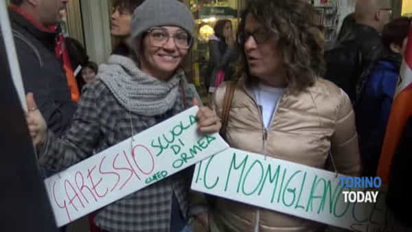 """Insegnanti in piazza contro il Governo: """"Salvini pensa solo ai grembiulini"""""""