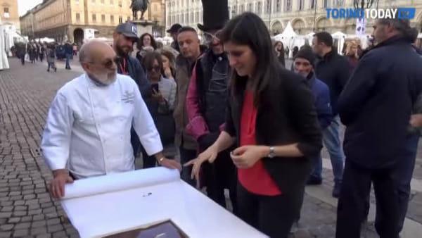 La Sindaca immerge la mano nel cioccolato per l'inaugurazione di CioccolaTò