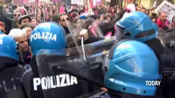 """Corteo in centro e momenti di tensione, i manifestanti: """"Lasciateci passare"""""""