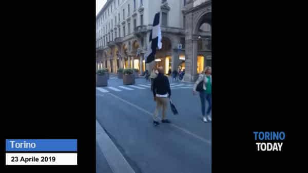 """""""Siparietto"""" in centro, lo juventino festeggia da solo lo scudetto e il granata lo sbeffeggia: video"""