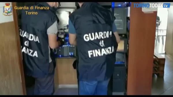 Nel retrobottega del bar (aperto come se nulla fosse) la sala slot illegale: multe per 300mila euro