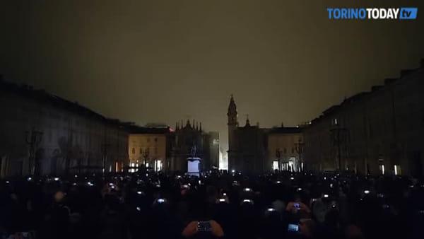 Il black out di Piazza San Carlo e il magnifico gioco di illuminazioni: inaugura Luci d'Artista