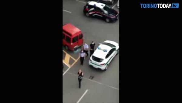 Chiama i carabinieri per denunciare il vigile senza mascherina, ma in caserma finisce lui