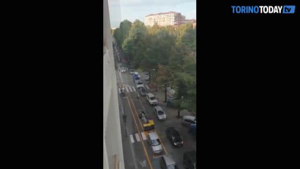 Il traffico è in tilt e il motociclista passa sulla pista ciclabile a velocità sostenuta