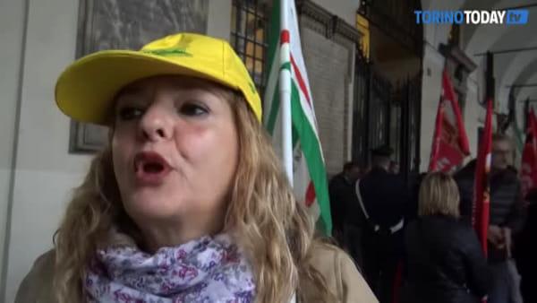 """Pulizie scolastiche, i lavoratori in piazza: """"160 euro al mese di stipendio e rischiamo di essere licenziati"""""""