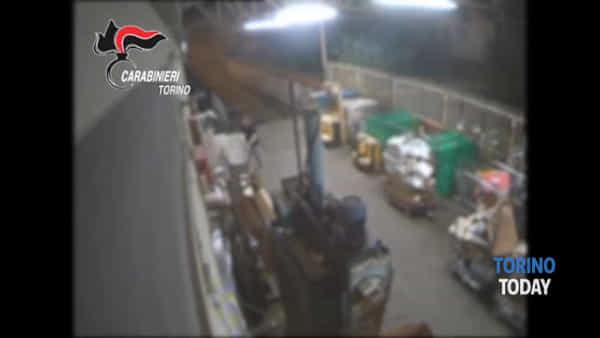 Ladri con machete al supermercato, fermati grazie all'allarme della videosorveglianza