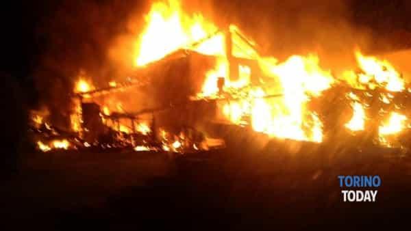 incendio-cascina-borgata-francia-16-caselle-torinese-170519-2-2