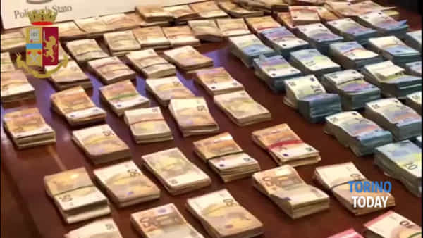 Viaggiano con 421.000 euro, ma non danno spiegazioni: per la Polizia è riciclaggio