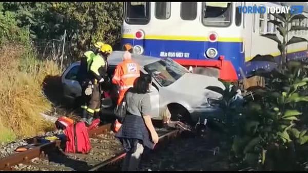 Automobile travolta da un treno: le immagini dei soccorsi al conducente   Video