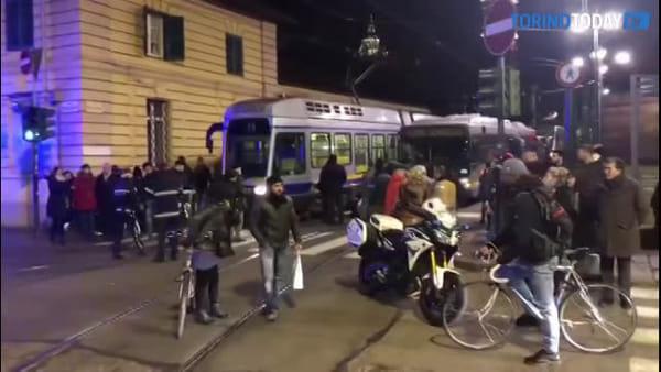 Traffico in tilt e mezzi incolonnati lungo la via: una moto a terra vicino a un tram