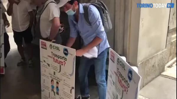 Il Comune chiude le porte ai lavoratori Gtt che manifestano: non piacciono i cartelli messi in piazza