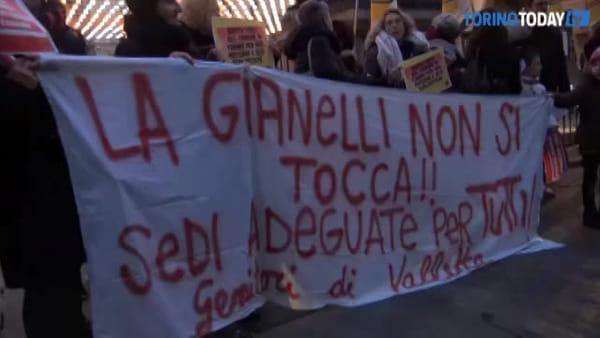 """La protesta dei bambini sotto il Comune: """"La scuola è nostra e non si tocca"""""""