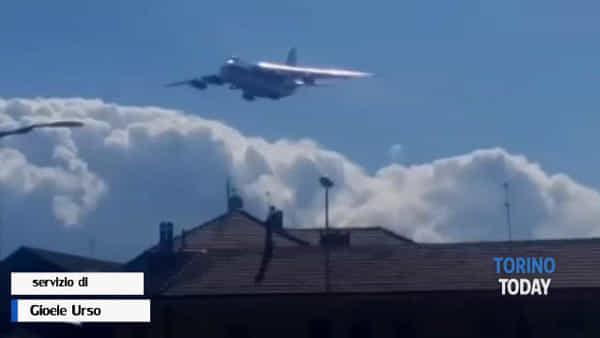 L'atterraggio dell'Antonov a Caselle: è l'aereo più grande del mondo