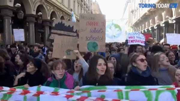 I Fridays for Future contro il Black Friday: con un nastro bianco e rosso bloccano via Roma