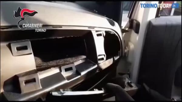 Camuffavano l'auto cambiandole colore per sfuggire ai carabinieri: presi due topi d'appartamento