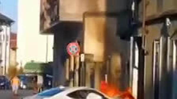 Auto sportiva sbanda nel curvone e si schianta contro un palazzo: prende fuoco e rimane distrutta