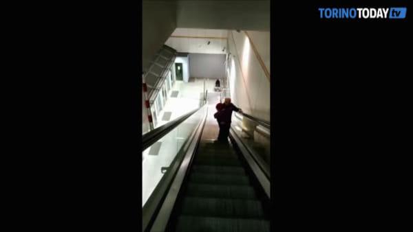 L'ascensore della metropolitana è rotto, il padre costretto a portare la figlia disabile in braccio