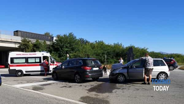 Incidente all'incrocio: ferite lievemente due donne appena uscite dall'ospedale