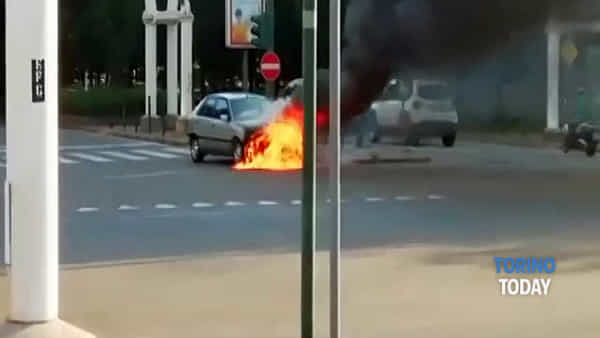 Auto in fiamme al semaforo: video